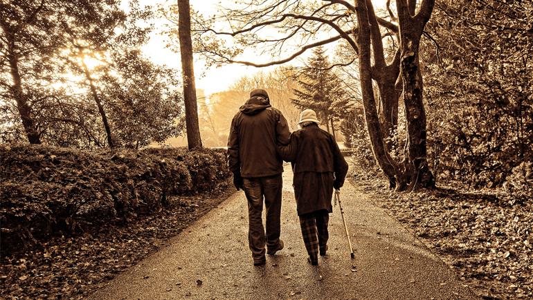 Beneficios de dar paseos para las personas mayores